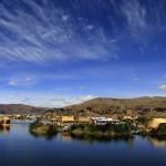 Några av de ca 65 bebodda vassöarna i Titikakasjön.
